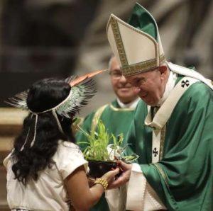 Bergoglio przyjmuje ofiarę dla bożka Pachamama